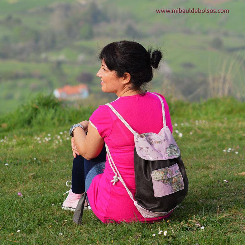Mochila-piel-y-mapamundi-rosa